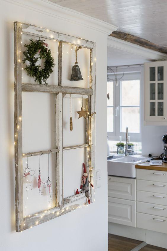 Adventsfenster dekoriert - alter Fensterrahmen